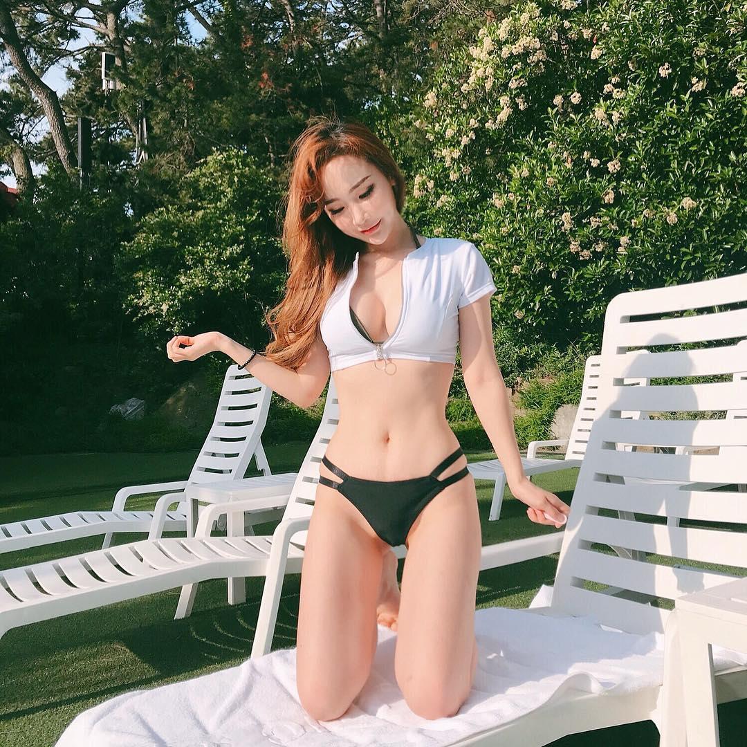"""Cô gái Hàn """"vô danh"""" bỗng chốc nổi vì mặc kiểu """"râu ông nọ cắm cằm bà kia"""" với bikini - 1"""