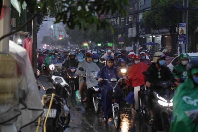"""Mưa như trút nước, người Sài Gòn hứng trọn """"combo"""" kẹt xe, ngập đường - 1"""