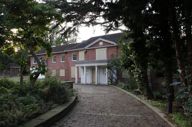 Những ngôi nhà bị bỏ hoang tại Billionaire's Row có thể có giá trị tích lũy là 350 triệu bảng dù không có ai sinh sống trong nhiều năm.