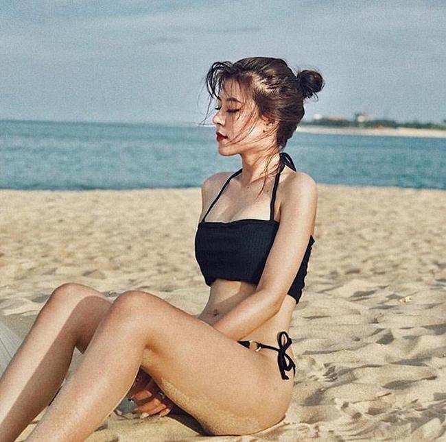 Khoe body không chút mỡ thừa với bikini.
