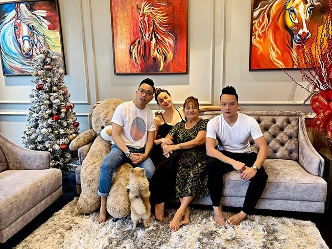 Cao Thái Sơn chia sẻ hình ảnh Hồ Ngọc Hà và nhạc sĩ Nguyễn Hồng Thuận tới thăm nhà và bật mí ''nữ hoàng giải trí'' sắp trở thành hàng xóm với mình.