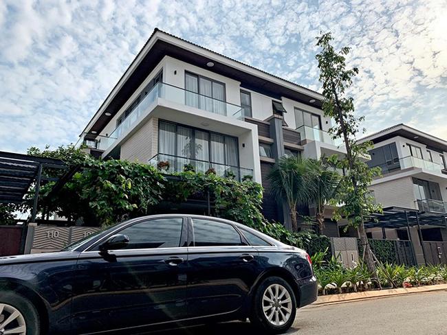 Theo lời Cao Thái Sơn thì ngôi nhà mà anh đang sở hữu và nhà của Hồ Ngọc Hà có view đẹp nhất khu villa triệu đô ven hồ này.