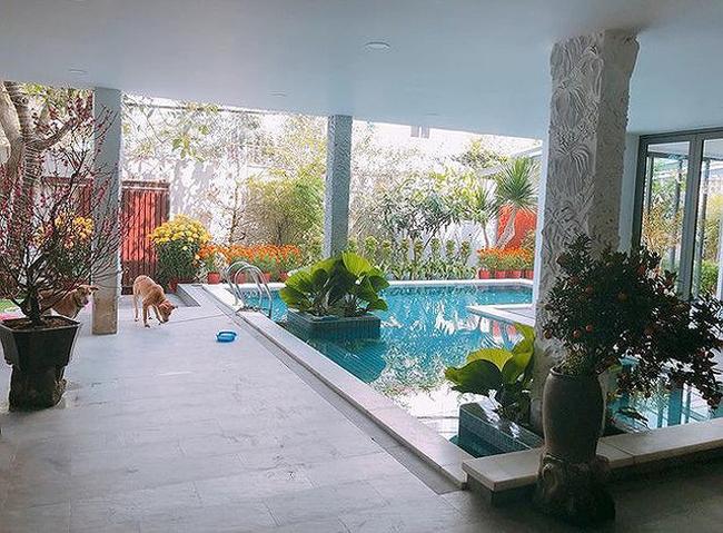 Ngoài căn biệt thự mới mua, hiện Hồ Ngọc Hà đang sống cùng con trai và bố mẹ trong căn biệt thự sang trọng tại TP. HCM.