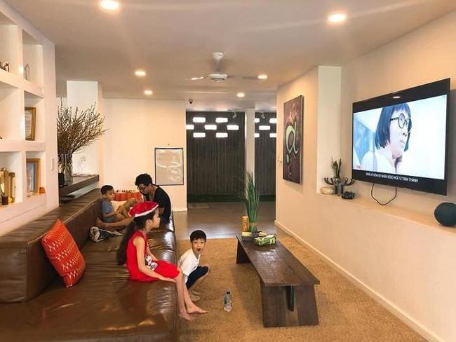 Một góc trong không gian phòng khách của căn biệt thự trắng có trị giá triệu đô,gồm 7 phòng ngủ, bể bơi trong nhà, gara để ô tô...