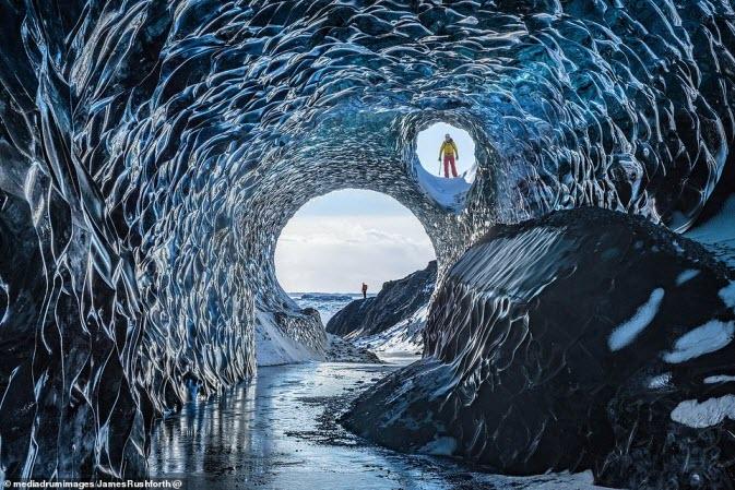 Vẻ kì bí bên trong hang động băng lớn nhất ở Iceland - 1