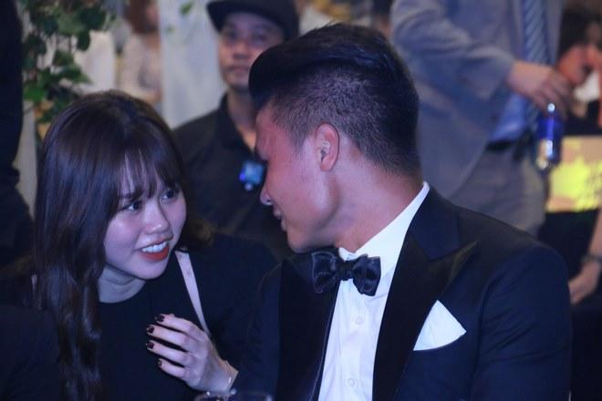 Quang Hải rạng rỡ cùng bạn gái mới tới dự trao giải Quả bóng Vàng - 1