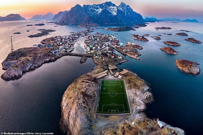 """Nhiếp ảnh gia Olivier Jarry-Lacombe đã chụp bức ảnh này trên quần đảo Lofoten ở Na Uy. Ông đã đặt bức ảnh là """"Hòn đảo thiên đường""""."""