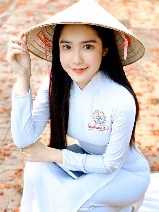 Nữ sinh quêSa Đéc - Đinh Triệu Đoan Nghi (sinh năm 2002) không chỉ gây chú ý trên mạng xã hội ở Việt Nam mà còn xuất hiện trên nhiều trang tin nước ngoài vì xinh đẹp. Cô đượcbáo nước bạn khen ngợi là nữ sinh mặc áo dài gợi cảm, có 3 vòng hình thể nóng bỏng. Ngoài việc học tập tốt, Đoan Nghi còn là người mẫu và có nhiều tài lẻ như vẽ tranh...