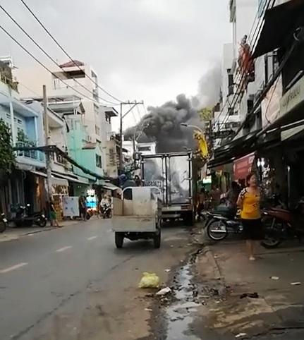Cháy dữ dội xưởng sản xuất giày dép ở TP.HCM - 1