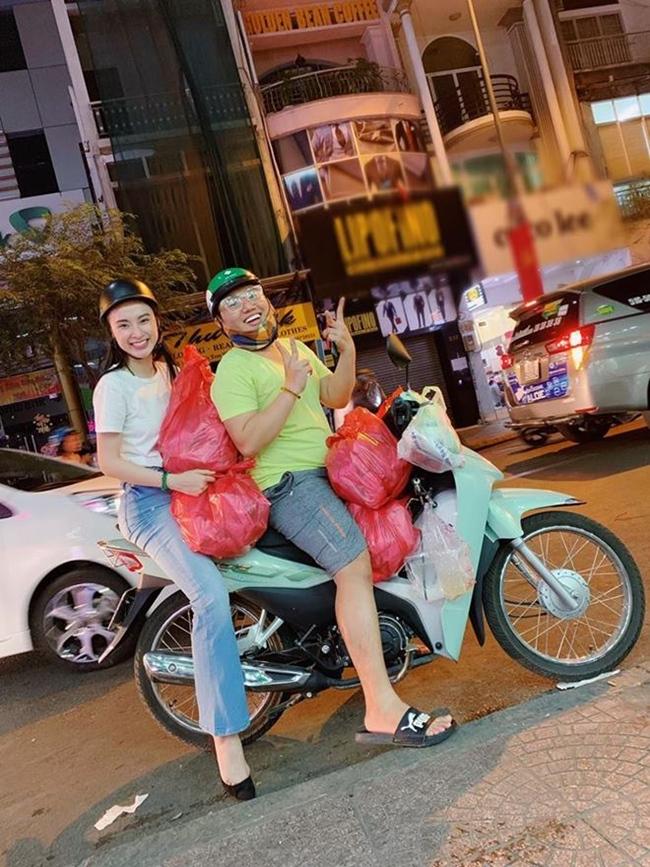 Phương Trang - em gái Angela Phương Trinh từng chia sẻ, chị gái mình không biết đi xe máy. Chính vì thế, mỗi lần đi mua sắm hay đi từ thiện, nữ diễn viên 9X đều phải nhờ người chở.