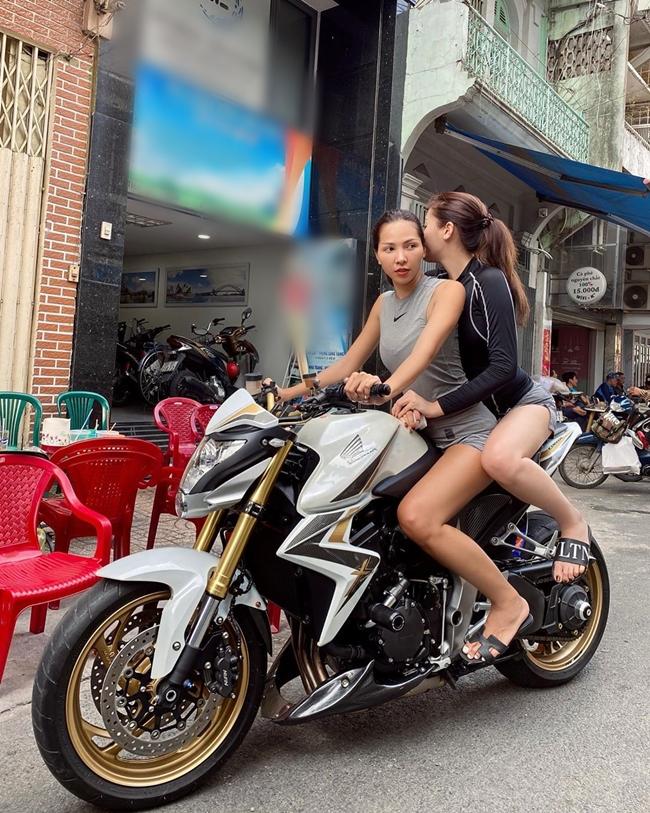 """Ngay sau đó, Hoa hậu 9X cũng chia sẻ bức hình mình làm """"ôm"""" ngồi sau chiếc mô tô phân khối lớn mà cô bạn thân cầm lái. """"Hôm trước mới là cô xe ôm hôm nay đã trở thành cô ôm xe rồi, mọi người thấy bạn ấy chạy moto ngầu không?"""", Kỳ Duyên viết."""