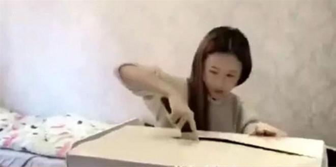 Dùng dao mở hộp quà khủng, cô gái suýt bổ đôi đầu bạn trai bên trong - 1