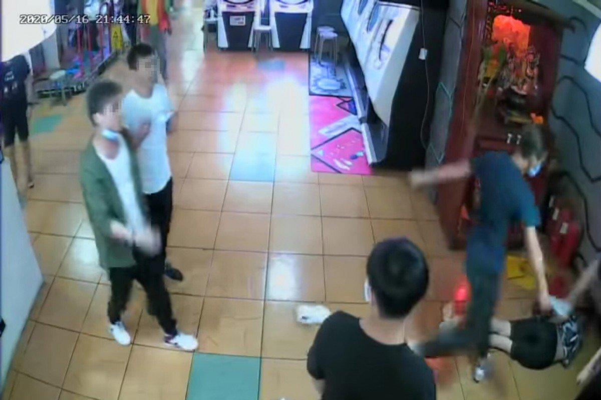Thành viên Hội Tam Hoàng đeo khẩu trang hành hung nam sinh giữa trung tâm mua sắm - 1