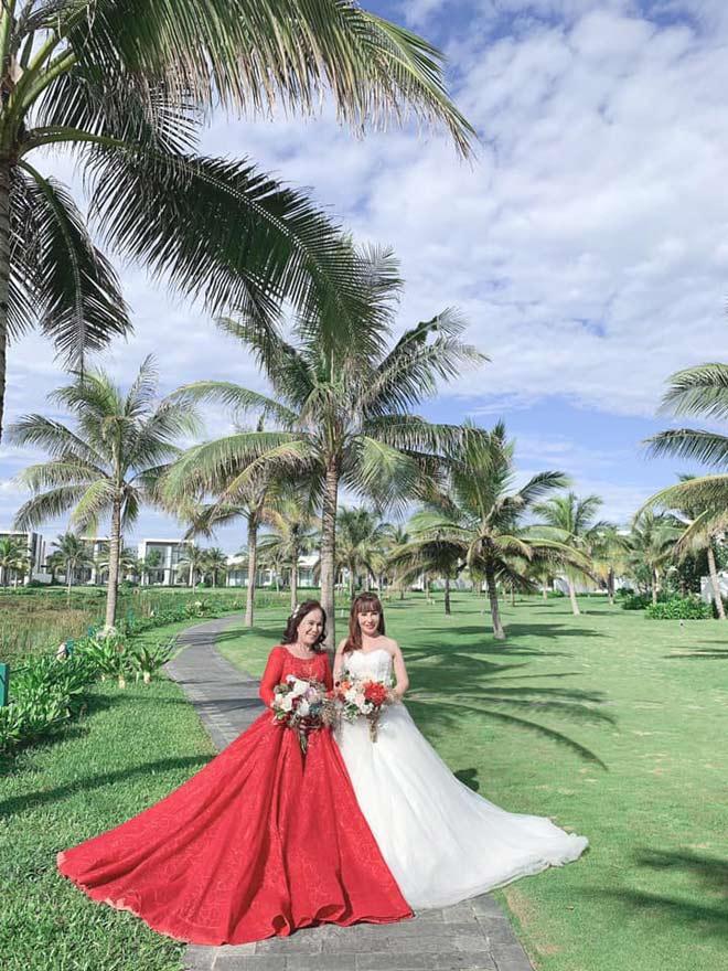 Cô dâu 62 tuổi và 65 tuổi chụp ảnh mặc váy cưới cùng nhau, diện mạo sau thẩm mỹ gây bất ngờ - 1