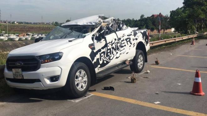 Ô tô bán tải biến dạng sau va chạm với xe tải, hai người tử vong tại chỗ - 1