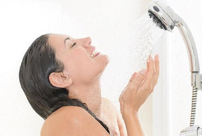 """Những """"cấm kỵ"""" khi tắm gội ngày nắng nóng, cần biết để khỏi đột tử - 1"""
