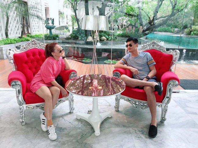 Trên trang cá nhân, Bảo Thanhkhoe hình ảnh tình tứ cùng ông xã trong căn biệt thự có sân vườn.