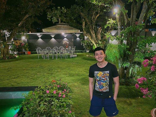 Trên trang cá nhân, nam diễn viên thường xuyên chia sẻ hình ảnh về cuộc sống trong căn biệt thự sang trọng, có khoảng sân vườn rộng, nhiều cây xanh.