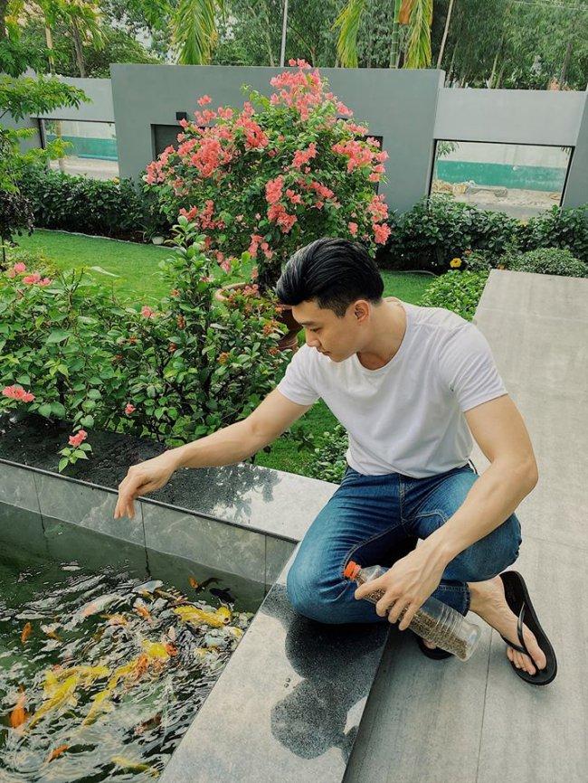 Sau thời gian cho công việc, Quốc Trường thường trở về nhà 35 tỷở Cần Thơ để bên cạnh bố mẹ, thư giãn bằng những thú vui cho cá ăn, chăm sóc cây xanh trong vườn nhà...