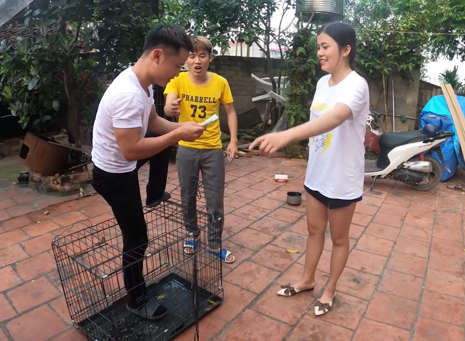 Hưng Vlog lừa nhốt em gái để quay clip gây tranh cãi dữ dội - 1