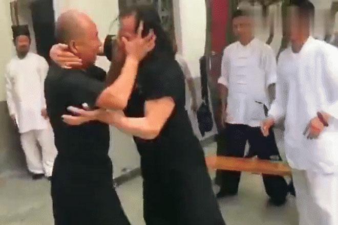"""2 võ sư đấu như tấu hài võ thuật, cao thủ Võ Đang bị """"móc mắt"""" gây phẫn nộ - 1"""
