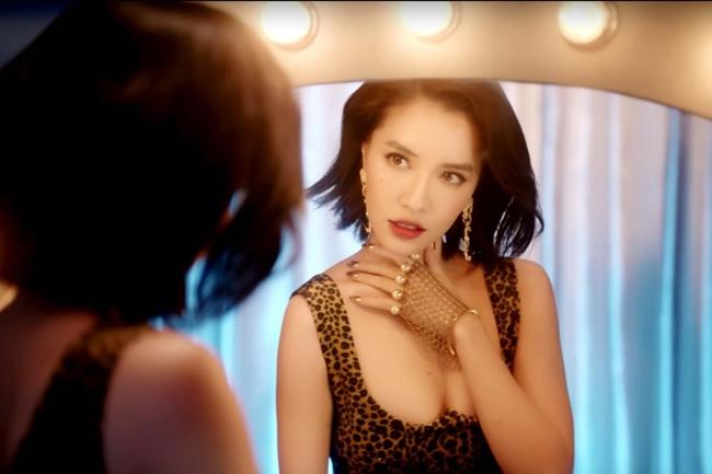"""Trong MV """"Đi đu đưa đi"""", Bích Phương cũng diện trang phục bó sát hai dây gợi cảm, khoe vòng một trước ống kính."""