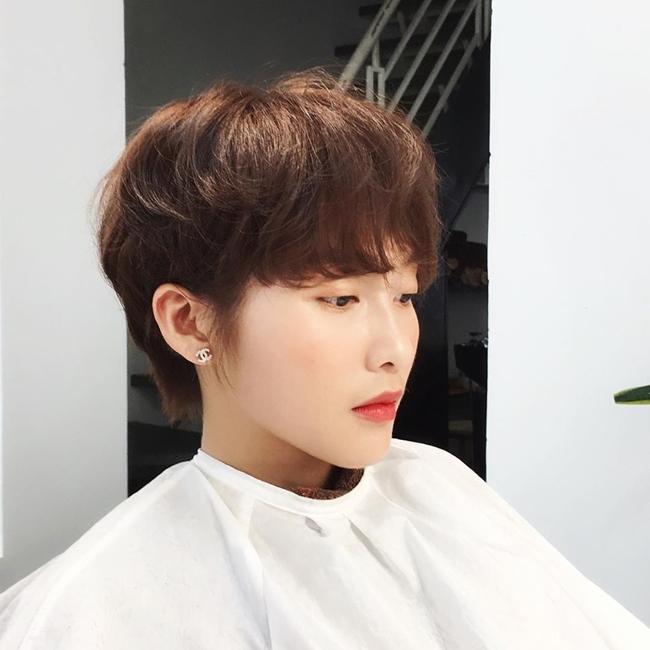 Người đẹp sinh năm 1997 tâm sự, sau diễn viên cô muốn lấn sân ca hát. Mới đây, Khả Ngân gây chú ý cho người hâm mộ khi cắt tóc tém cá tính.