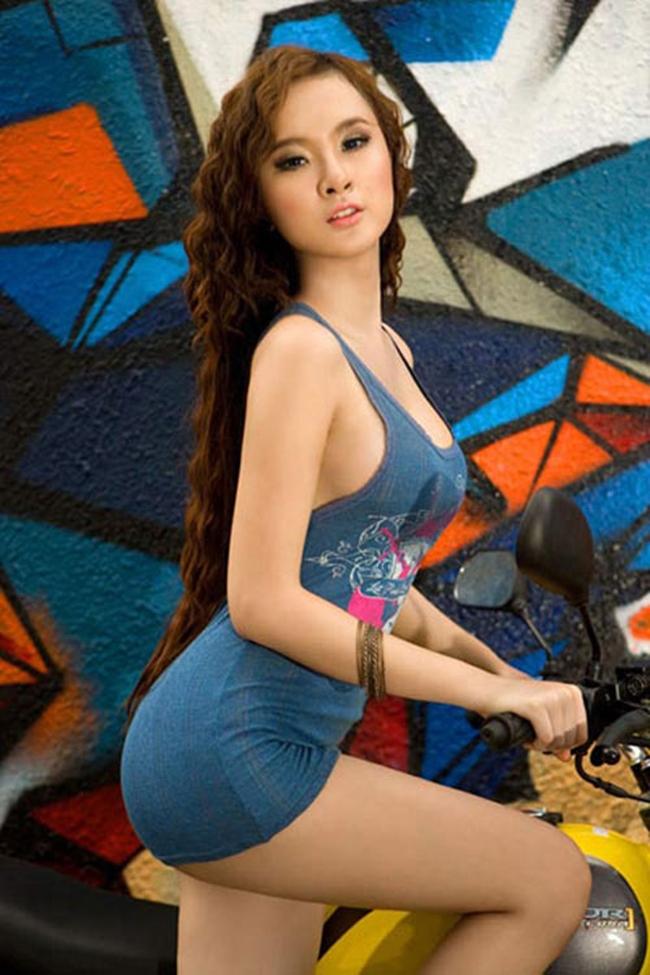 Khoảng từ năm 2011 - 2013, Angela Phương Trinh gắn liền với hình ảnh nổi loạn, gợi cảm. Cô không ngại thực hiện những bộ ảnh quyến rũ.