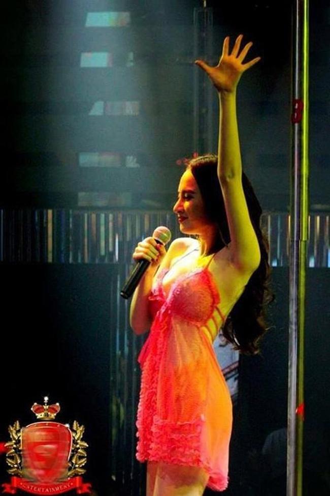 Bấp chấp sự chỉ trích của người hâm mộ, Angela Phương Trinh thậm chí còn đi hát, biểu diễn ở nhiều quán bar với phong cách sexy. Trang phục biểu diễn của người đẹp sinh năm 1995 bị nhận xét phản cảm.