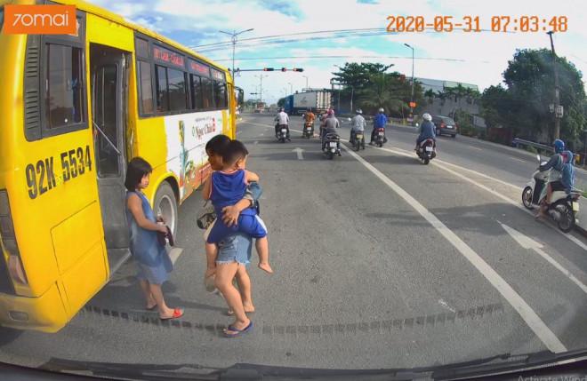 Tài xế xe buýt Tam Kỳ - Đà Nẵng coi thường tính mạng khách bị xử phạt - 1