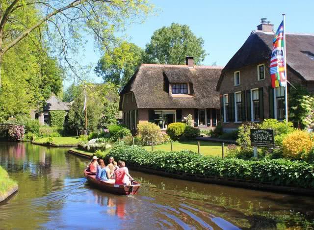 Ngôi làng cổ tích có thật ngoài đời ở Hà Lan, không có bất kỳ con đường nào tại đây - 1