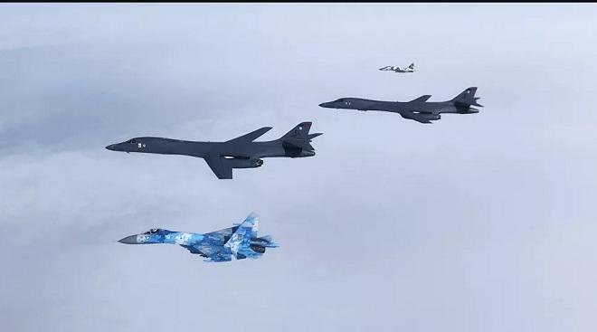 Oanh tạc cơ chiến lược Mỹ phóng tên lửa thị uy Nga - 1