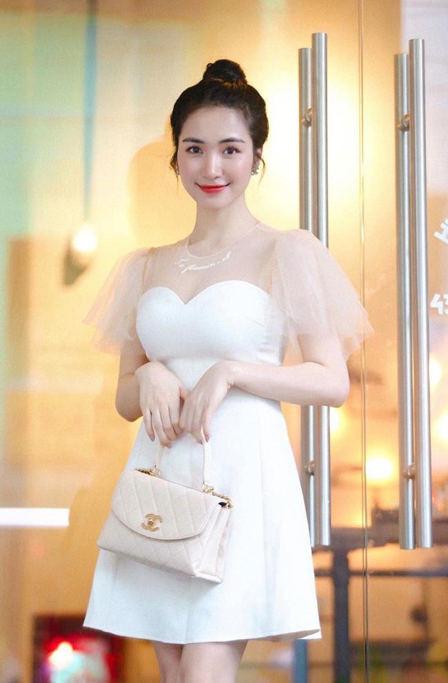 Nữ ca sĩ Hòa Minzy là người được cư dân mạng nhắc đến gần đây bởi mối tình cũ với chàng cầu thủ đang chuẩn bị kết hôn. Sau khi chia tay, Hòa Minzy giờ đây có cuộc sống khác biệt, thành công cả về sự nghiệp lẫn tình duyên.