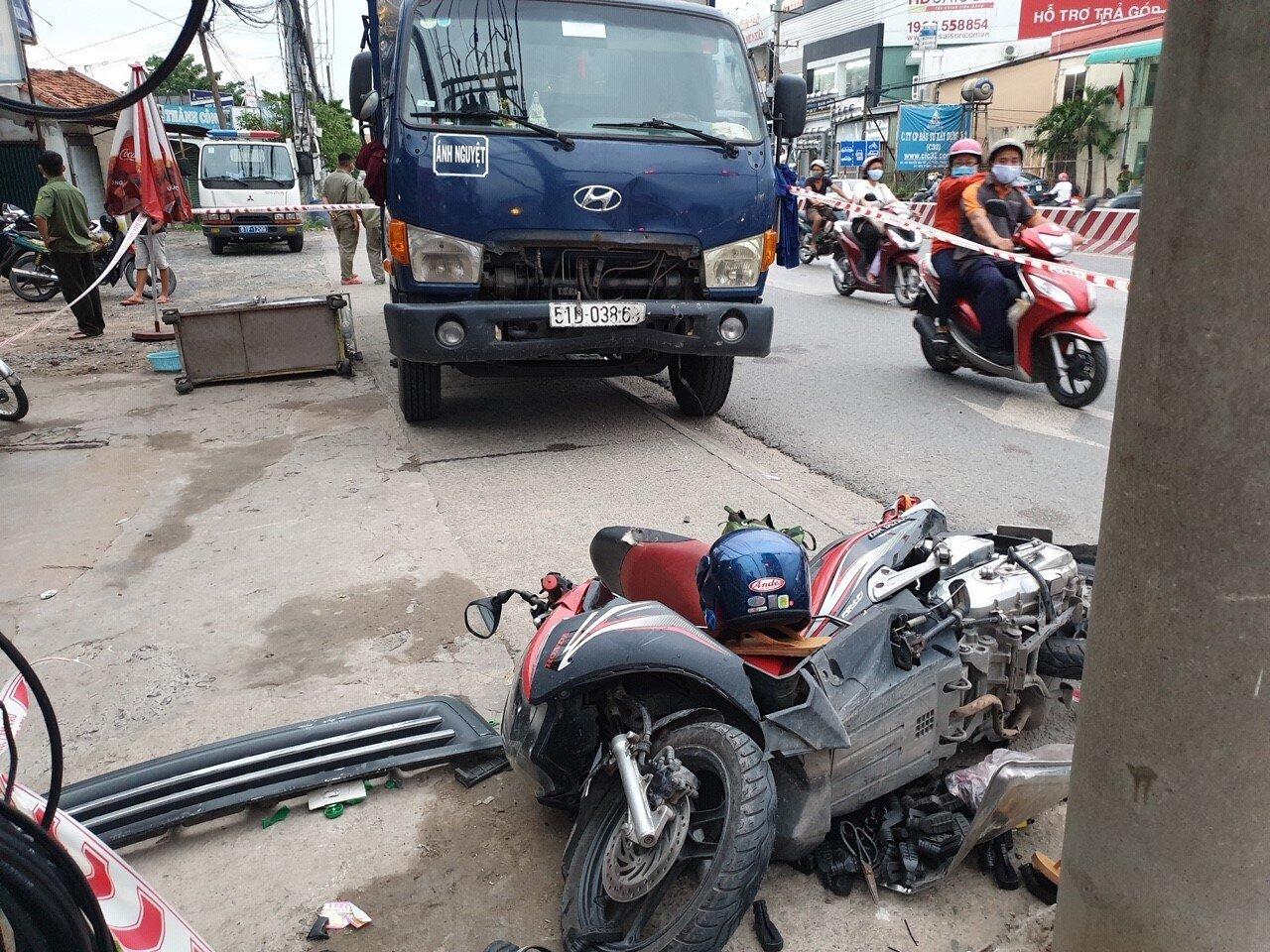Bình Dương: Người đàn ông bị xe tải tông chết khi dừng đèn đỏ - 1