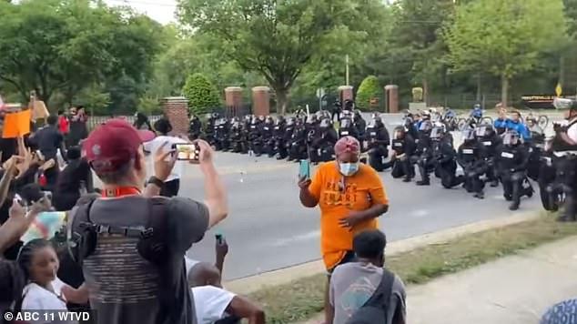 Video: 60 cảnh sát Mỹ quỳ gối trước đám đông người biểu tình - 1