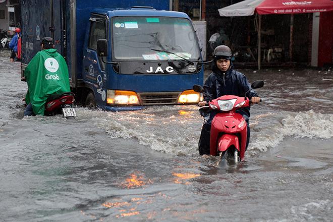"""Đường ngập lút bánh xe sau mưa lớn, người Sài Gòn ngã nhào trong """"biển nước"""" - 1"""