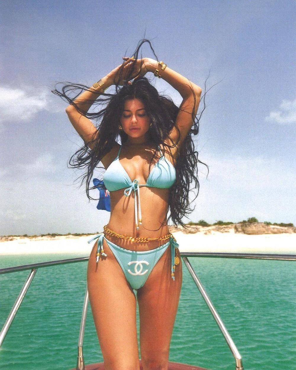 Kylie Jenner giúp mốt áo bơi loang lổ thịnh hành trở lại - 1