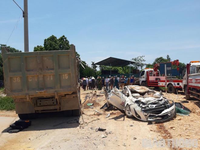 Vụ xe tải đè xe con ở Thanh Hóa, 3 người chết: Hé lộ góc quay khác - 1