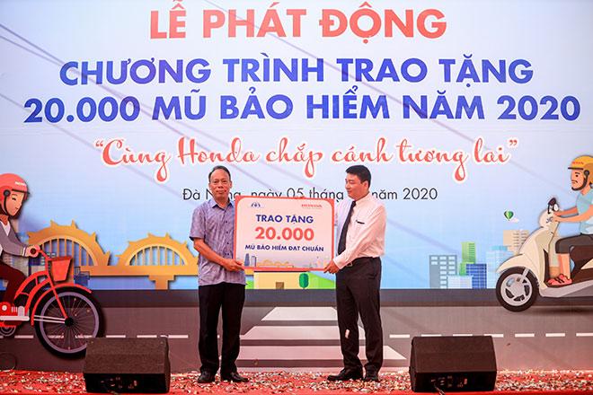 Honda Việt Nam tiếp tục trao tặng 20.000 mũ bảo hiểm cho học sinh năm 2020 - 1