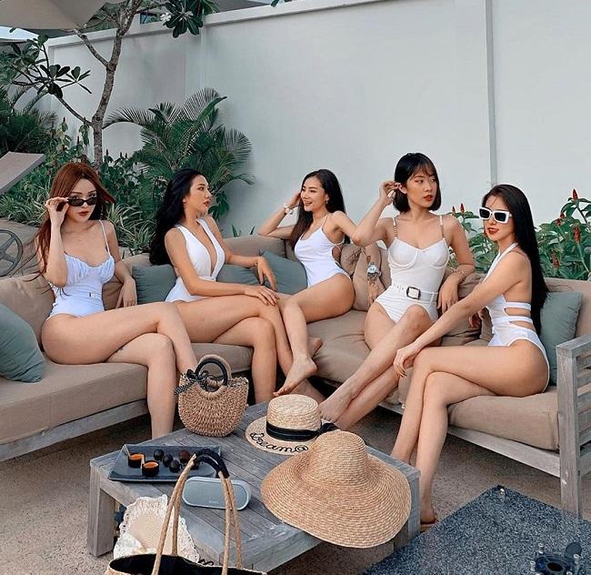 Mới đây, loạt ảnh của hot girlGia Lai - Anh Thư (hiện là gamer, người mẫu) và hộibạn thân mặc đồ bơi chào hè gây xôn xao cộng đồng mạng. Họ nhận đượcnhiềulời khen ngợi nhan sắctừ người hâm mộ vì ai cũng xinh như hoa, dáng vóc đẹp đều, chẳng ai thua kém ai.
