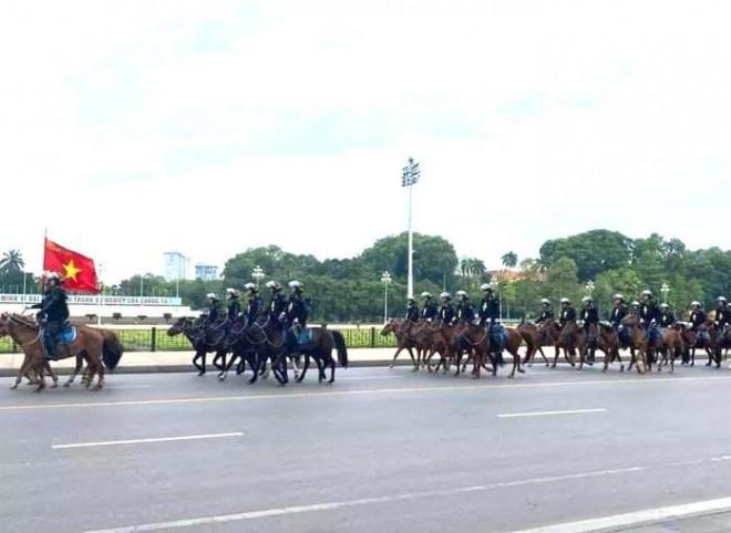 Bất ngờ với hình ảnh lực lượng Kỵ binh CSCĐ trước Lăng Bác - 1