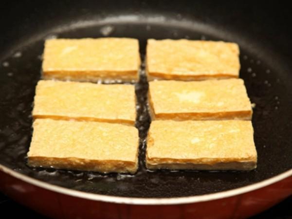 Cá, thịt, đậu khi rán bị sát chảo đừng vội cuống, bình tĩnh làm thao tác này, đồ ăn tự bong dễ dàng - 1