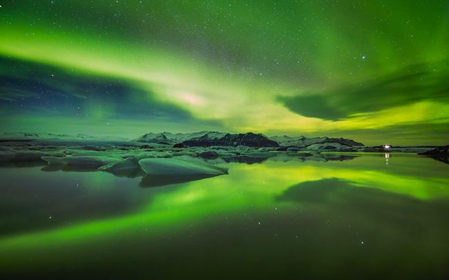 Bắc cực quang, Scandinavia: Bắc cực quang được tạo ra khi các hạt năng lượng mặt trời đi vào bầu khí quyển Trái đất với mỗi nguyên tố tạo ra một màu khác nhau.