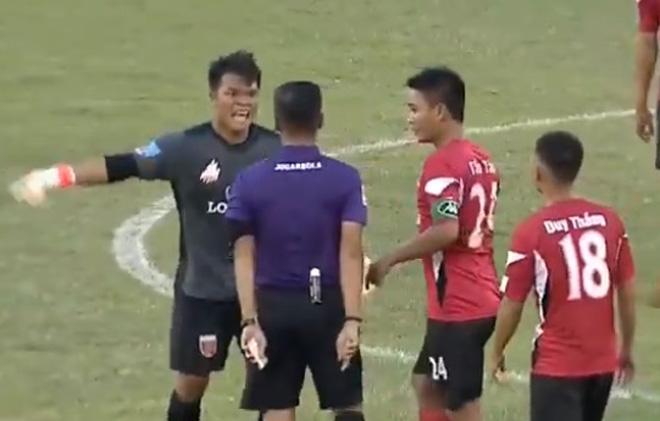Tranh cãi bóng đá Việt: Làm ngã thủ môn vẫn được công nhận bàn thắng - 1