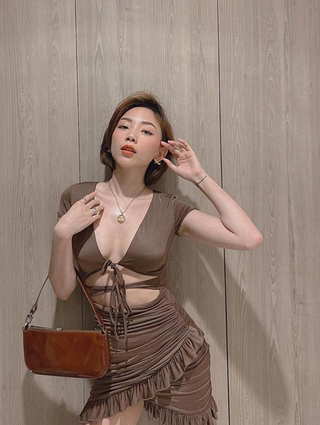 Vì lý do là cô không muốn cãi lời mẹ nên trung thành với phong cách kín đáo, nhẹ nhàng.