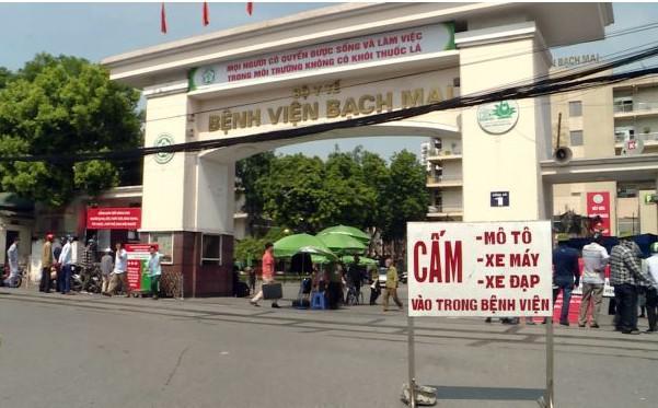 Phạt nhiều tài xế che biển số né cảnh sát trước cổng viện Bạch Mai - 1