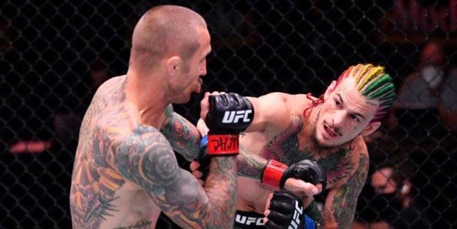 """2 võ sĩ """"xăm trổ hổ báo"""" UFC đụng nhau: """"Tóc 7 màu"""" có cú đấm đáng sợ - 1"""