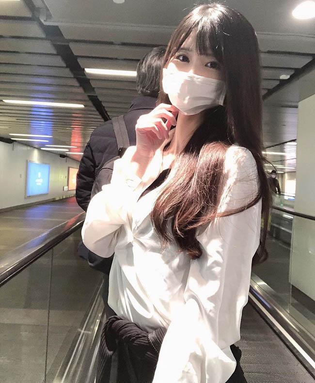 Mạnh dạn làm quen cô gái ở sân bay, anh chàng ngẩn người khi thấy cô tháo khẩu trang - 1