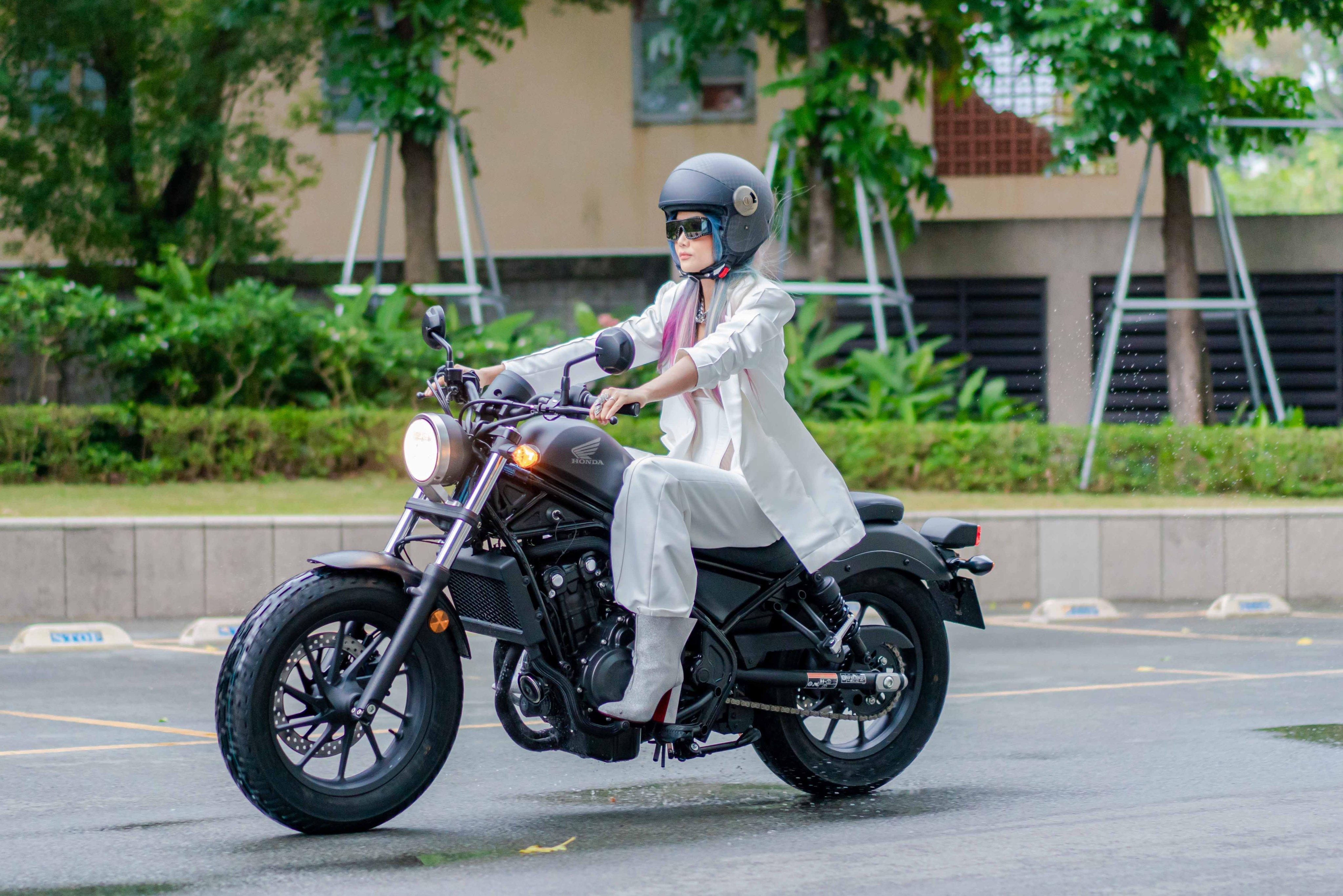 """Hoa hậu H'Hen Niê """"nổi loạn"""" mặc hở bạo, lái mô tô dự sự kiện gây choáng - 1"""