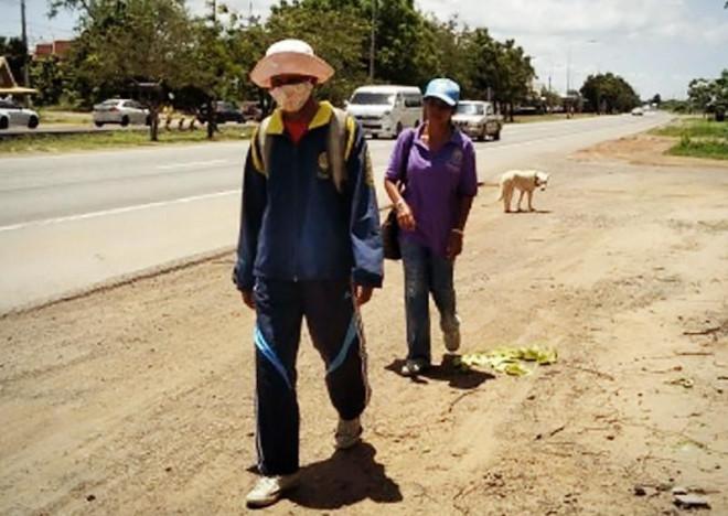 Thất nghiệp vì Covid-19, cặp vợ chồng đáng thương đi bộ 300km về quê thăm mẹ ốm - 1